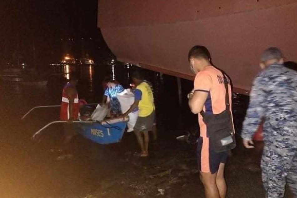 6 mangingisda na ilang araw nagpalutang-lutang sa dagat, nasagip sa Lubang Islands 1