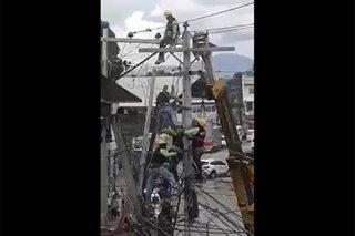 2 lineman, nakuryente habang nag-aayos ng linya ng kable ng kuryente