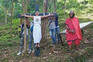 Lalaki sa Batangas nagpapako sa krus, nanawagan ng tamang aksyon laban sa pandemya