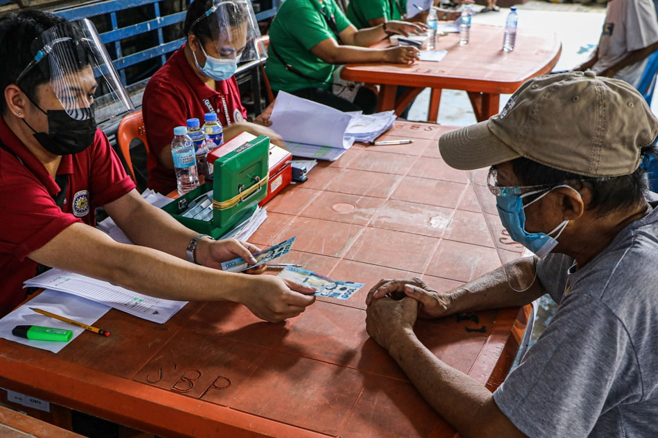 Elderly residents of Brgy. Santa Cruz, QC receive cash aid