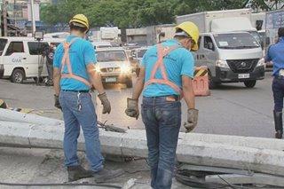 Traffic sumikip sa pagsalpok ng truck sa ilang poste sa QC; driver tinutugis