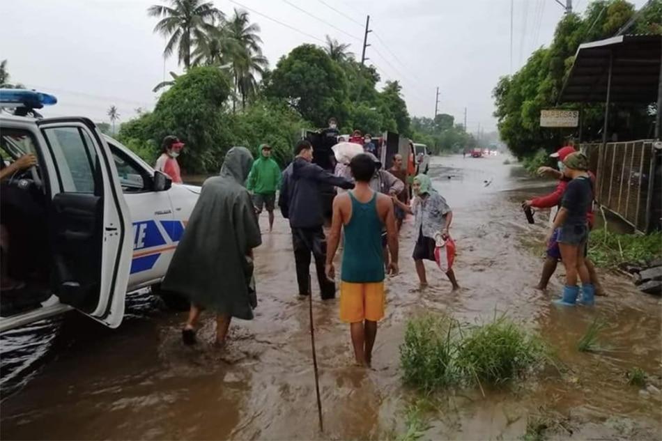 Higit 30 pamilya inilikas sa Lemery, Batangas dahil sa walang tigil na ulan 1