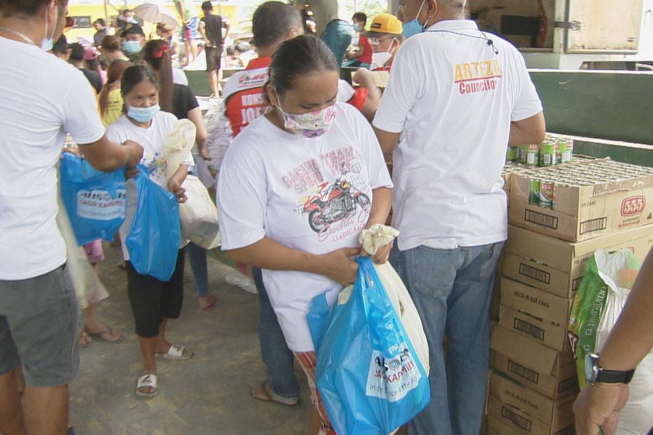 Hinatiran ng ayuda ang mga residente ng Barangay Aurora sa Naujan, Oriental Mindoro na nasapul ng matinding pagbaha kamakailan.