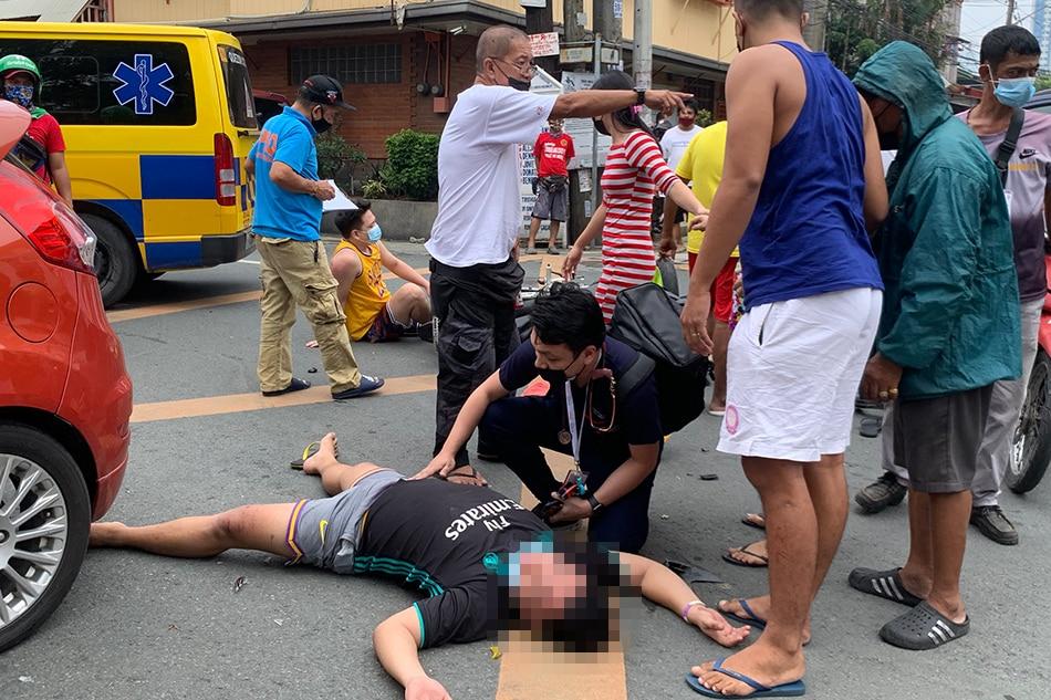 Sugatan ang 2 lalaki matapos bumangga ang sinasakyan nilang motor sa isang kotse sa Quezon City