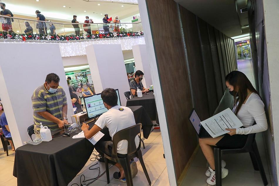 Voter registration sa Ali Mall Activity Area sa Cubao, Quezon City noong Setyembre 27, 2021. Jonathan Cellona, ABS-CBN News