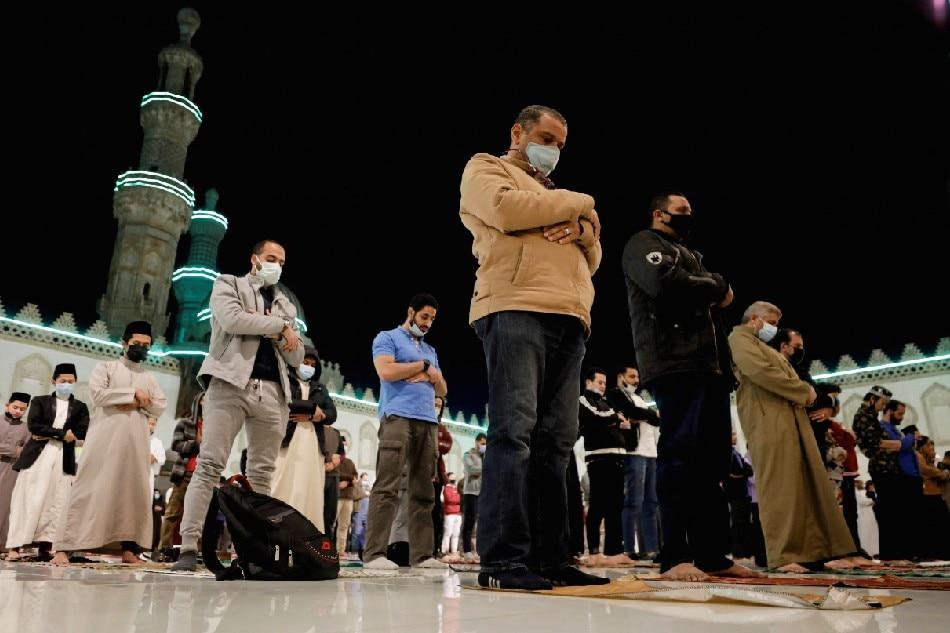 'Immunized' Muslim pilgrims in Mecca, as Ramadan begins 1