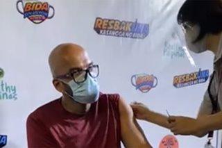 WATCH: Funnyman Benjie Paras scares nurse during COVID jab