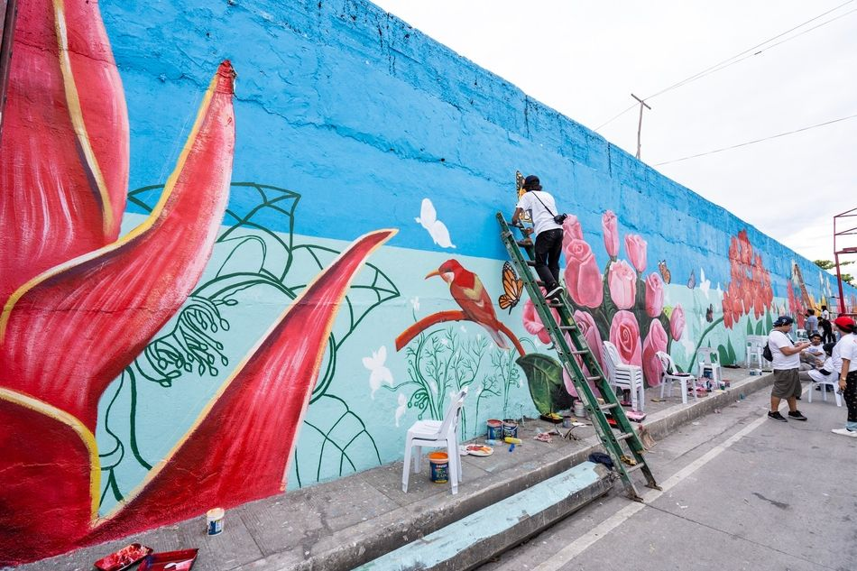 LOOK! More than 200 artists painted the North Cemetery wall with flowers for the dead 14