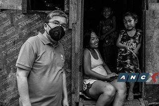 Xyza Bacani's photos of families in need capture moments of hope amid COVID