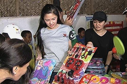 Kim Chiu, namahagi ng pamasko sa Samal, Bataan