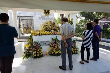 LOOK: Noynoy visits tombs of parents Cory, Ninoy