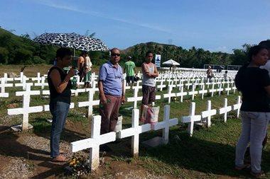 TINGNAN: Paggunita ng mga naulila ng 'Yolanda'