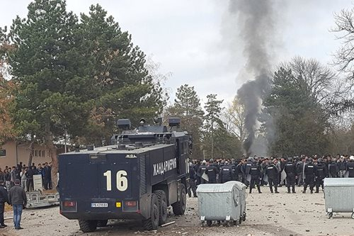 Bulgarian police fire rubber bullets to quell migrant camp riot