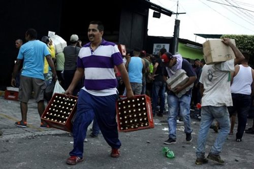 Hundreds arrested in Venezuela cash chaos, vigilantes protect shops