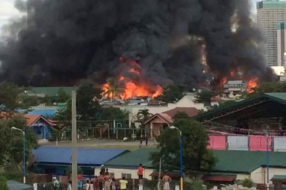 Fire razes houses in Mandaluyong City